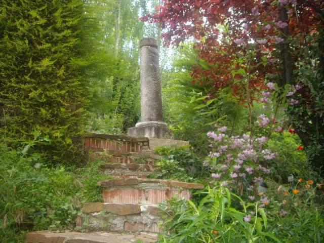 casa de piedra aislada con piscina garden there rebosante la casita en el jardin frente a la cascada